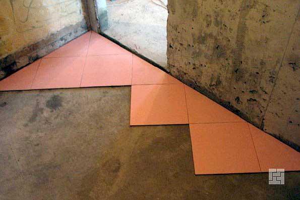угловая укладка плитки на пол